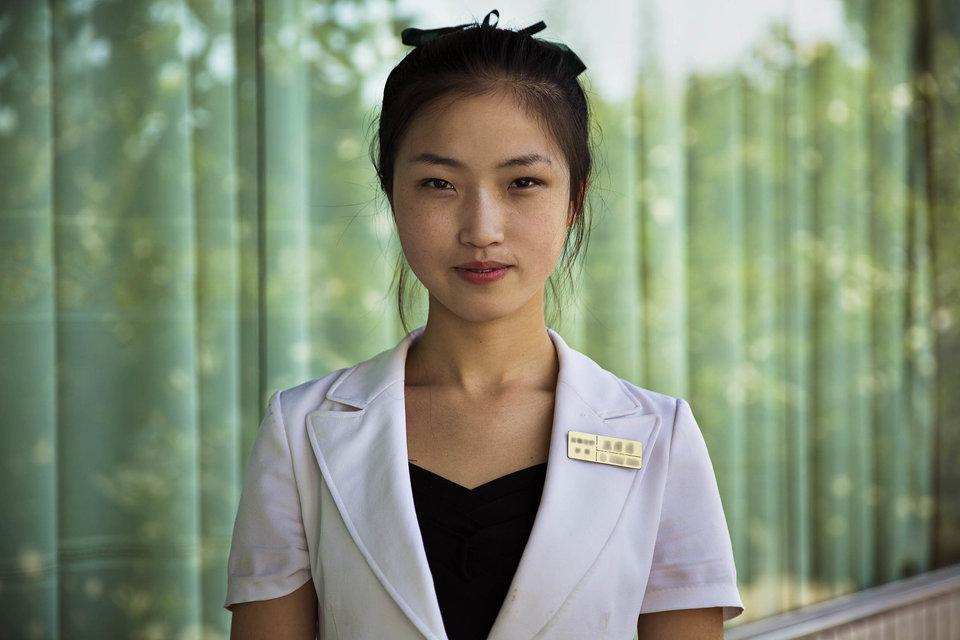 Uma garçonete em Pyongyang.