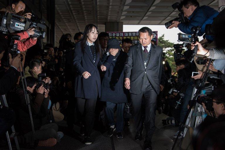 Choi Soon-sil, ao centro, no escritório da promotoria em Seul em outubro. Ela foi indiciada pelas acusações de utilizar sua influência sobre a presidente para extorquir milhões de doláres de empresas.