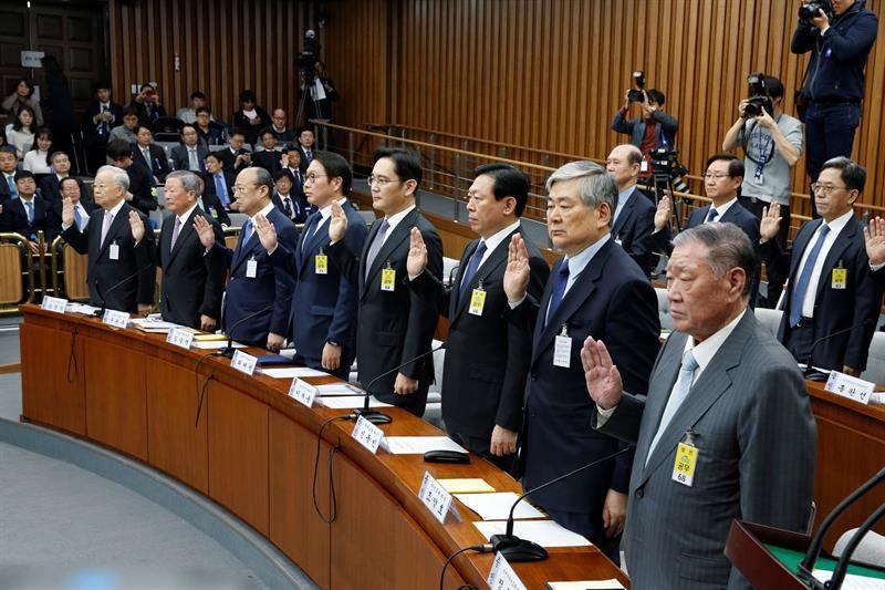 Líderes empresariais, incluindo Jay Y. Lee, vice-presidente da Samsung, e Chung Mong-koo, presidente da Hyundai foram questionados pelo parlamento em uma audiência na quinta-feira sobre milhões de dólares que enviaram para duas fundações controladas por Choi Soon-sil.