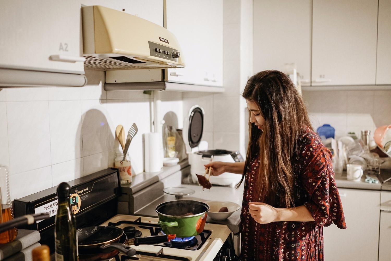 Lee Da-heyon cozinhando bata doce para dividir com as outras residentes do apartamento. Foto: Korea Exposé.