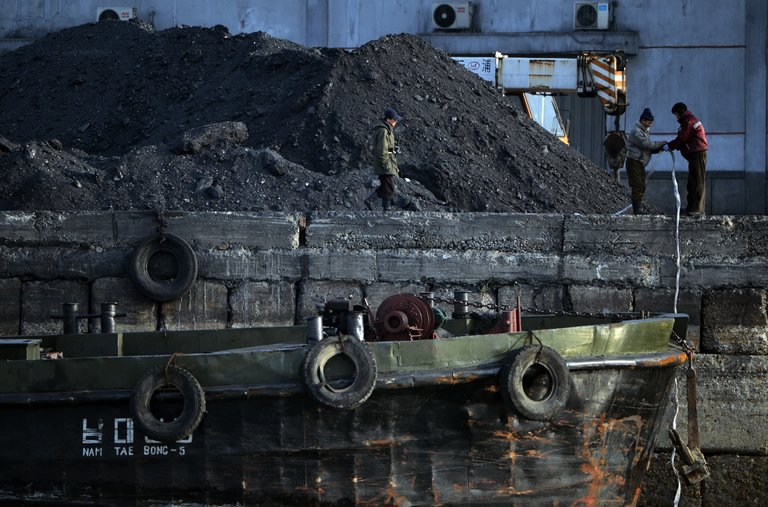 Trabalhadores de carvão em 2013 na cidade norte-coreana de Sinuiju.
