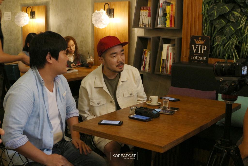 Son Sung-Deuk e seu intérprete (à esquerda) na coletiva de imprensa em um café do Bom Retiro, dia 18 de março. Foto: Koreapost.