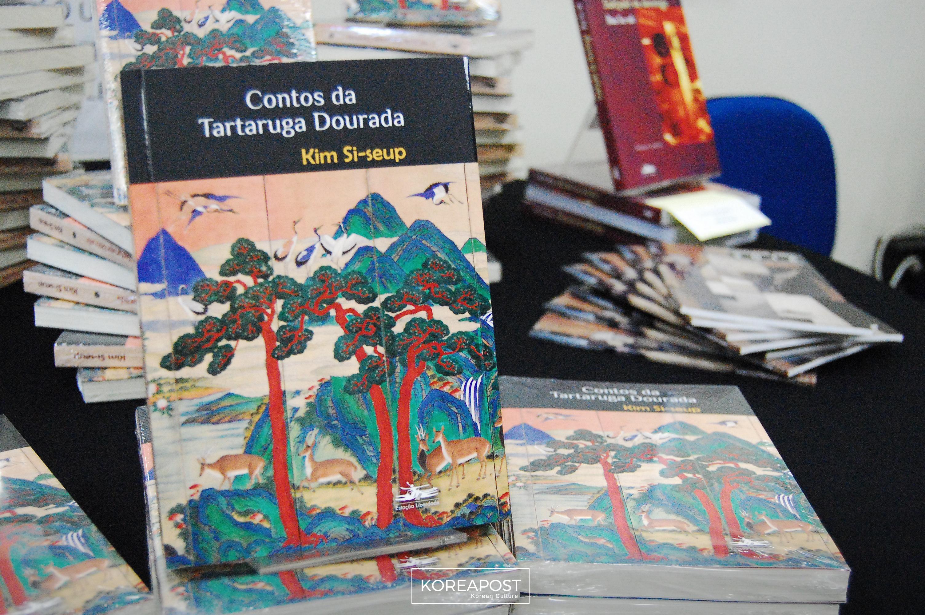 """O livro """"Contos da Tartaruga Dourada"""" também estava disponível para manuseio e compra no Simpósio, dia 08 de junho. Foto: Koreapost."""