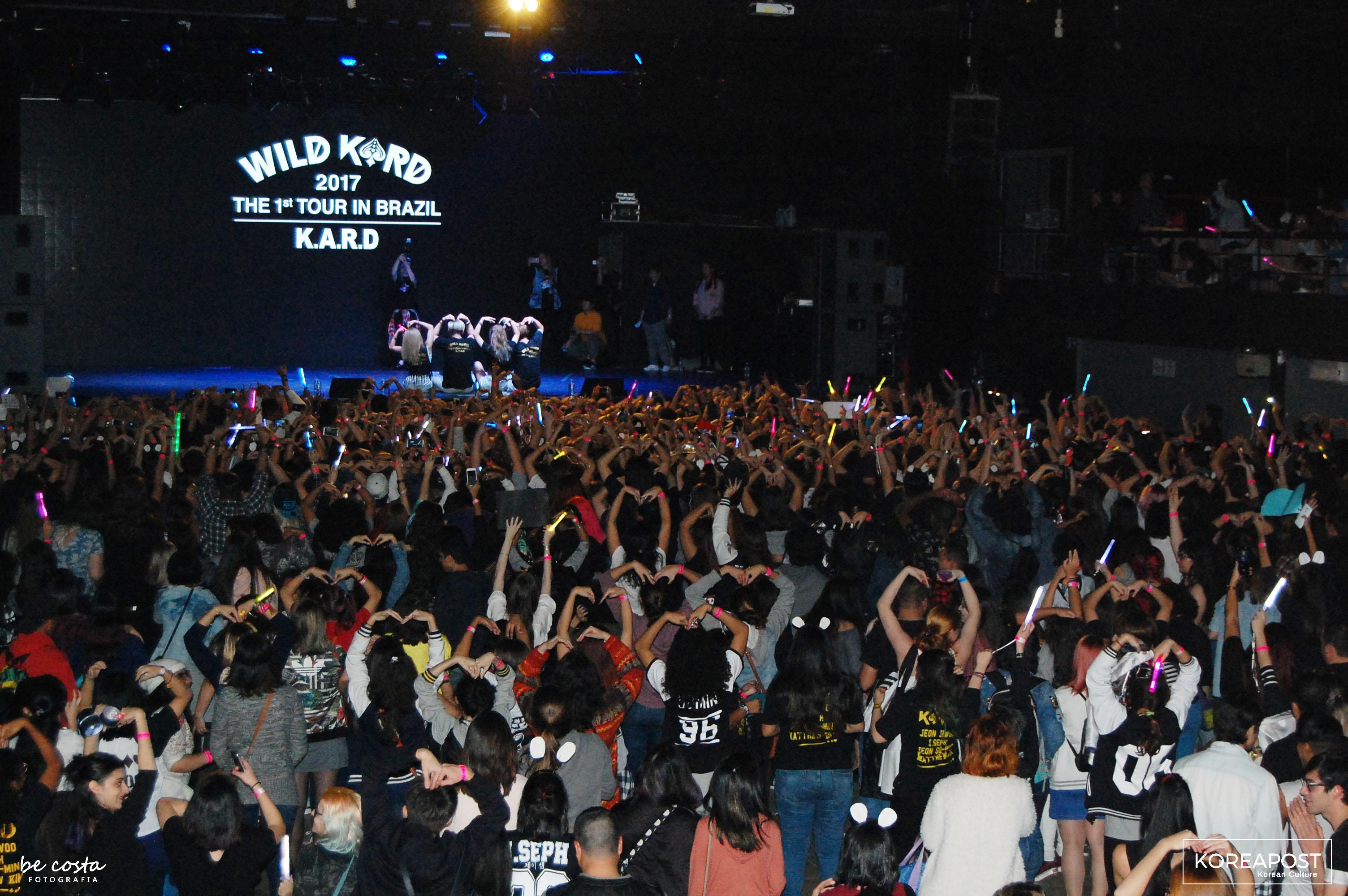 KARD posa para foto com os fãs no Tropical Butantã em São Paulo, em 01 de julho. Foto: Koreapost.