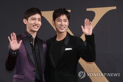 Os integrantes do TVXQ acenam para a câmera durante uma conferência de imprensa sobre o seu retorno, realizada no Hotel Silla em Seul em 21 de agosto de 2017. Foto: Yonhap