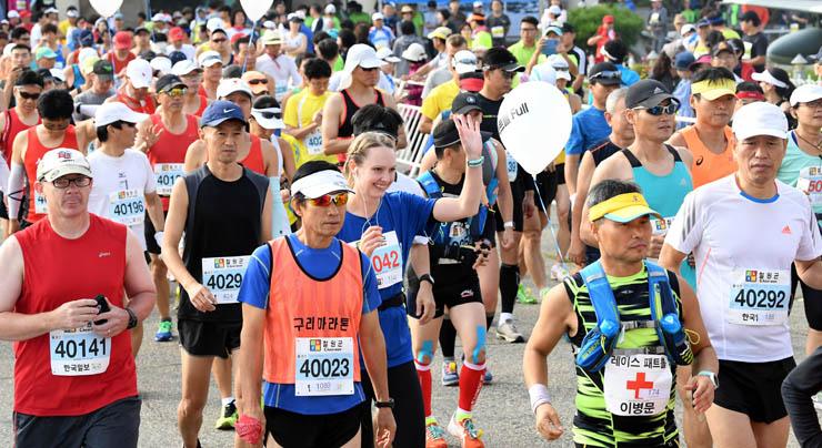 Cerca de 5.000 participantes, incluindo 400 estrangeiros, participaram da 14ª Maratona Internacional da Paz da DMZ de Cheorwon. A corrida é co-organizada pela província de Cheorwon e o Hankook Ilbo, o jornal irmão do The Korea Times. Foto: Korea Times