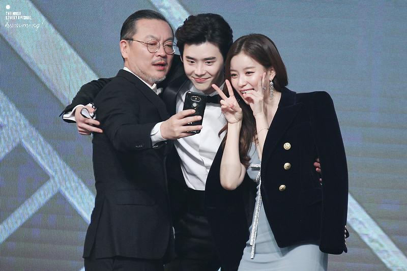 """No destaque e nesta foto, o elenco do drama """"W"""", o mais premiado de 2016."""