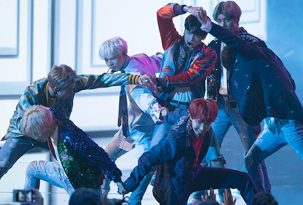 A performance de DNA, pelo BTS, no American Music Awards. Foto: AMA