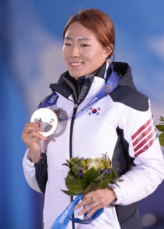 Patinadora Lee Sang-Hwa com a medalha de ouro nos Jogos de Sochi em 2014. Ela foi escolhida pelos soldados coreanos como atleta com maiores chances de medalha esse ano. Foto: edaily