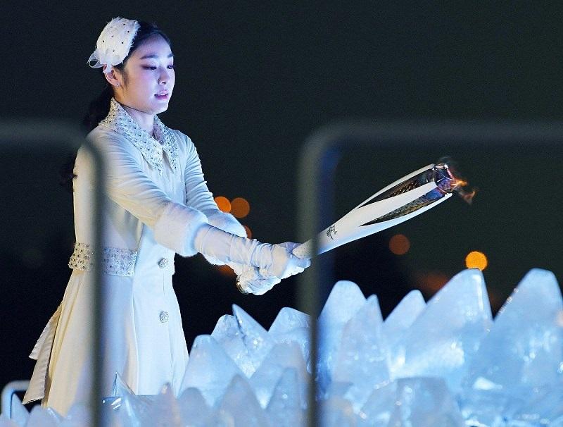 Yuna Kim com a Tocha Olímpica durante a cerimônia de abertura dos Jogos Olímpicos de PyeongChang. Foto: Manichi
